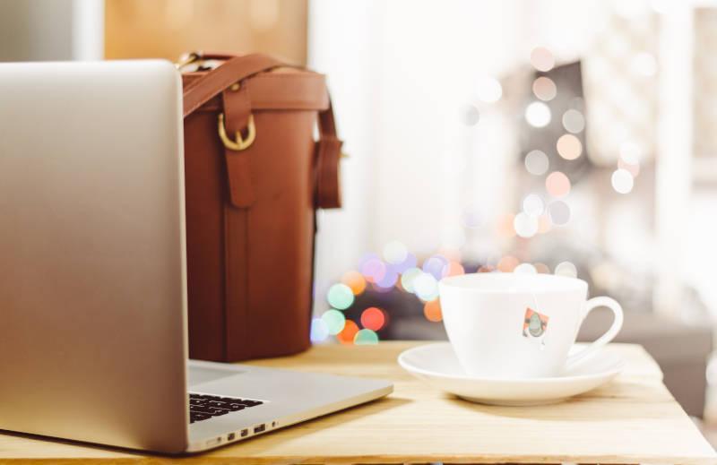 Etat, działalność gospodarcza czy MLM - laptop, ławeczka i kawa